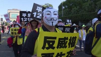 動画:台湾で「黄色いベスト」着た活動家ら行進、不公平な税制に抗議