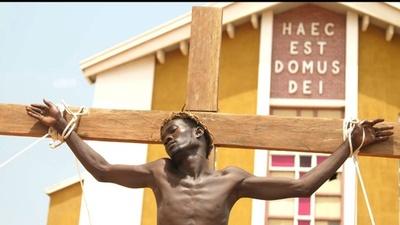 動画:南スーダンでキリストの十字架はりつけ再現、イースター