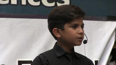 動画:パキスタンが熱狂する11歳の「モチベーショナルスピーカー」は本物か?