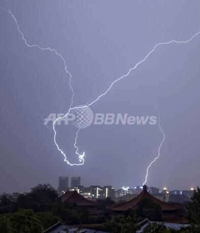 まるで竜の踊り、北京の空に走る稲妻