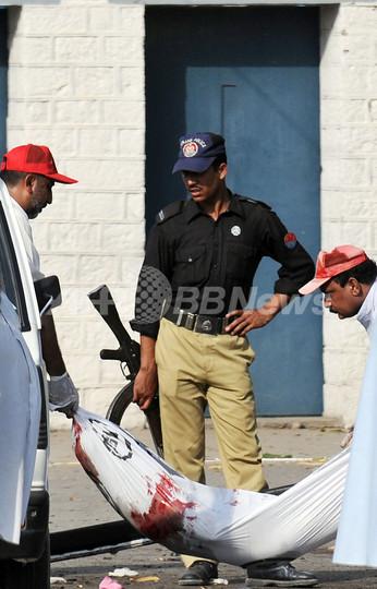 パキスタン、軍需工場で自爆攻撃 死者60人以上
