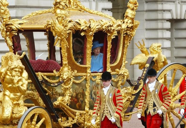 英女王、金の馬車の乗り心地は「ひどい」と告白 異例の番組出演で