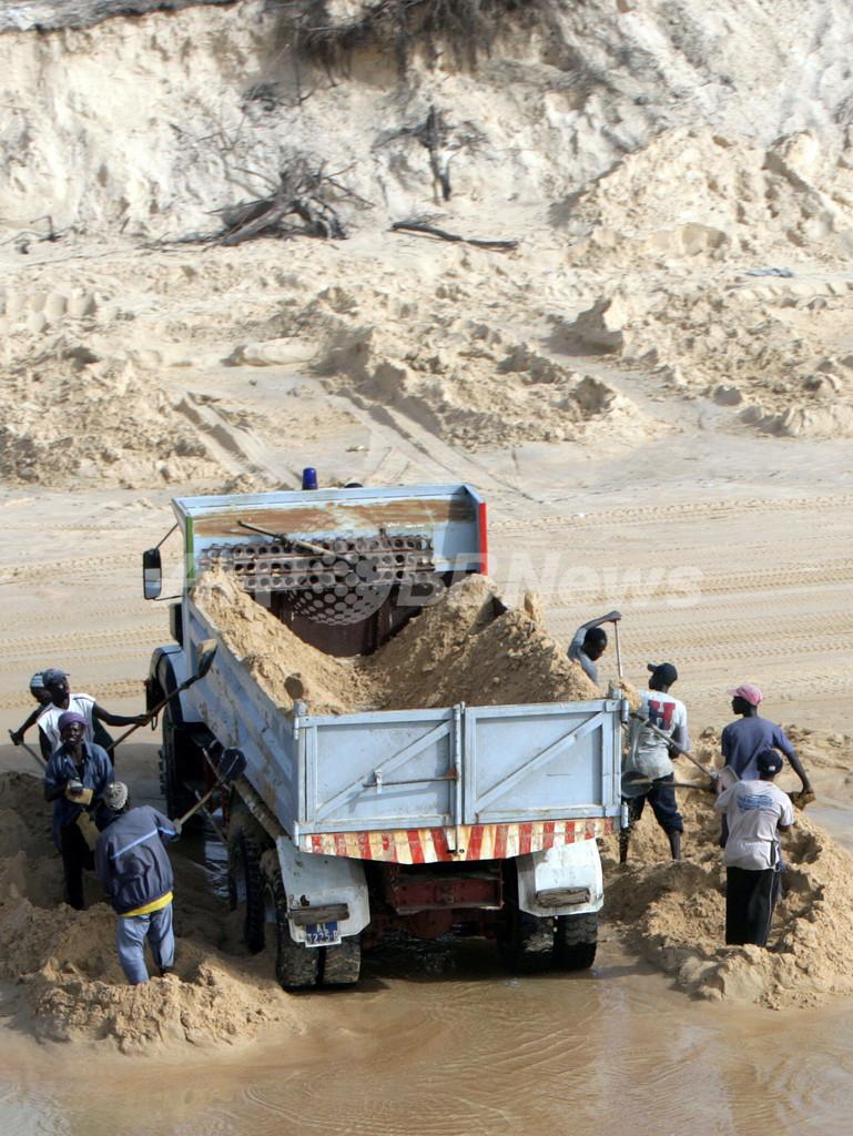 空前の建設ラッシュ、セネガルの海岸が「砂の盗難」で消滅の危機