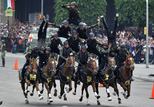【今日の1枚】馬上で組体操! メキシコ軍のパレード