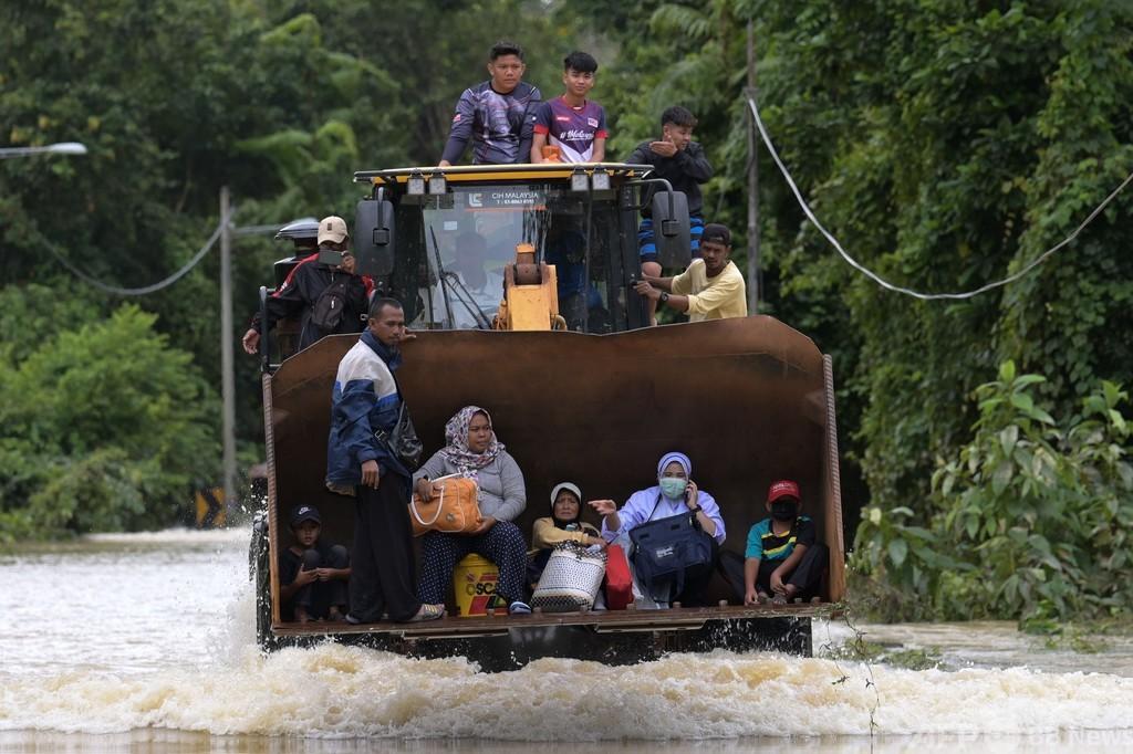 マレーシアで大洪水、2.8万人避難 コロナ拡大懸念も