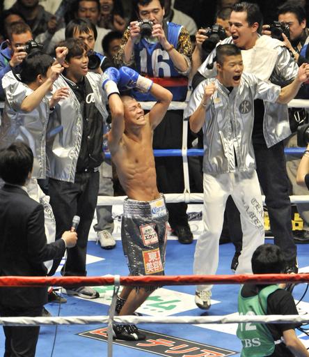 亀田興が2階級制覇、内藤に判定勝ち