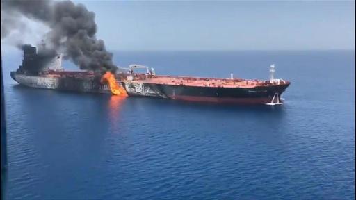 動画:中東タンカー攻撃、1隻は日本企業が運航 攻撃受けたとされるタンカーの映像