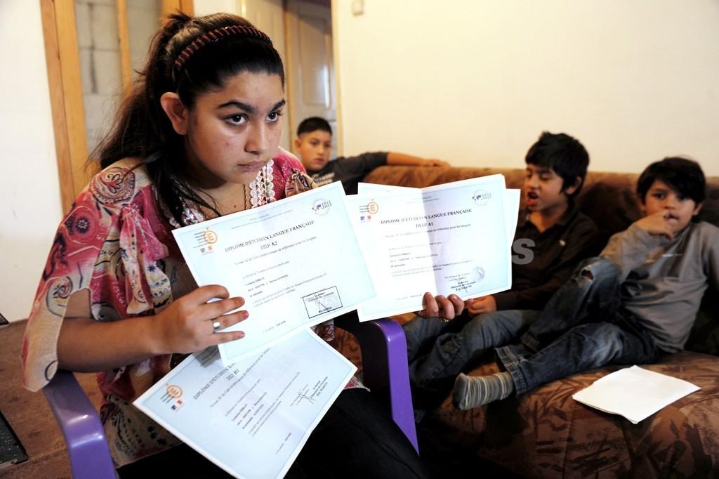 15歳ロマの少女を学校行事中に拘束・送還、仏閣内に亀裂