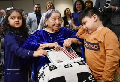 中米出身の106歳女性、中間選挙当日に米市民権取得
