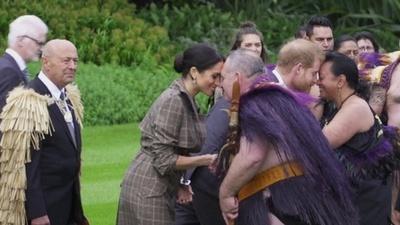 動画:ヘンリー英王子とメーガン妃がNZへ、先住民マオリの歓迎受ける