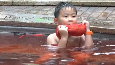 動画:地獄の釜? 重慶の「火鍋温泉」で赤いスープに漬かる