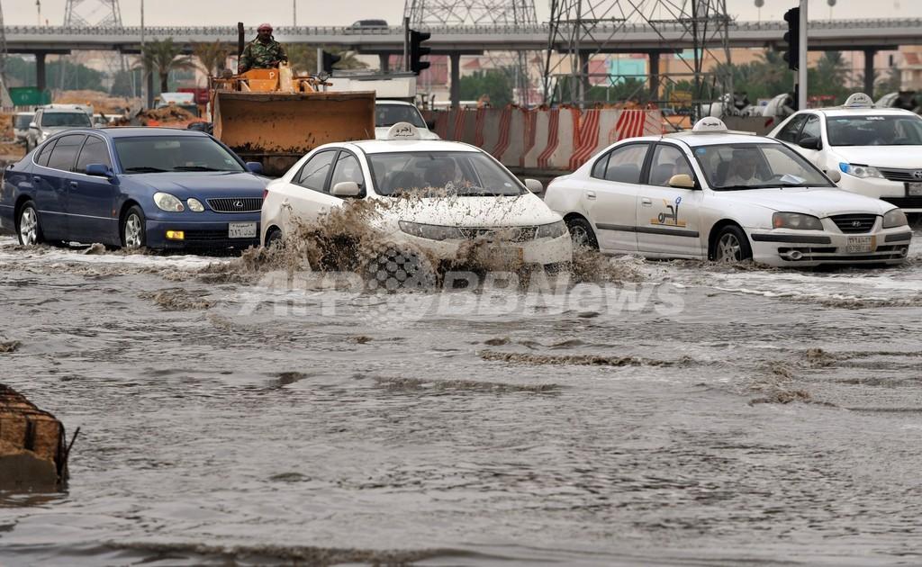 砂漠の国サウジで洪水、豪雨一晩続く