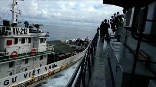 動画:ベトナム沿岸警備隊がインドネシア軍の船に体当たり、瞬間を捉えた映像