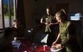 ノルウェー北部セテルモエンにある機甲大隊の自室で、ルームメートの男性新兵と並んで立つ女性新兵のギーネ・グリムスブさんとマリアンヌ・ウェスタムさん(2016年8月11日撮影)。(c)AFP/KYRRE LIEN