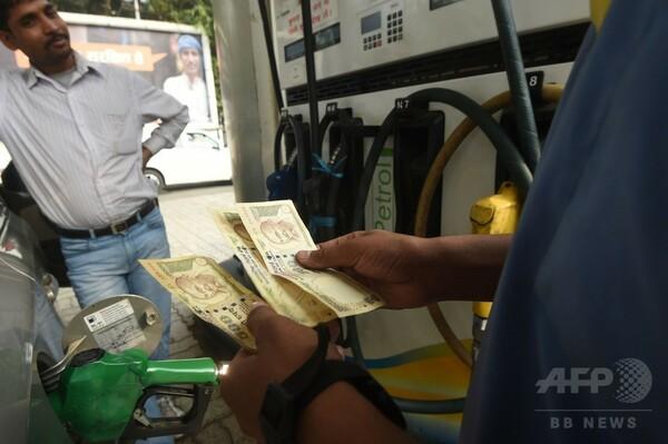 インド旧紙幣、ガソリンスタンドでの使用期限が突然前倒し