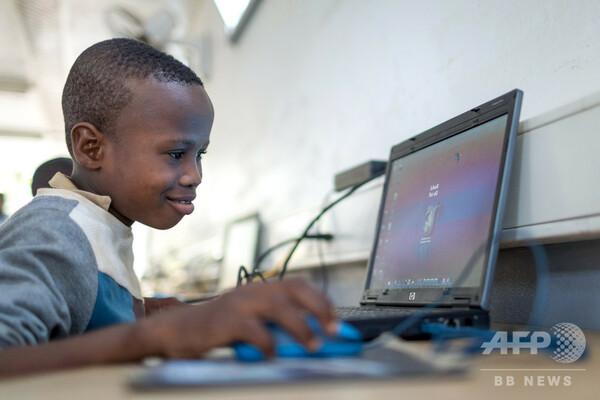 ソーラーパネルの移動教室が情報格差を埋める アフリカ・ベナン