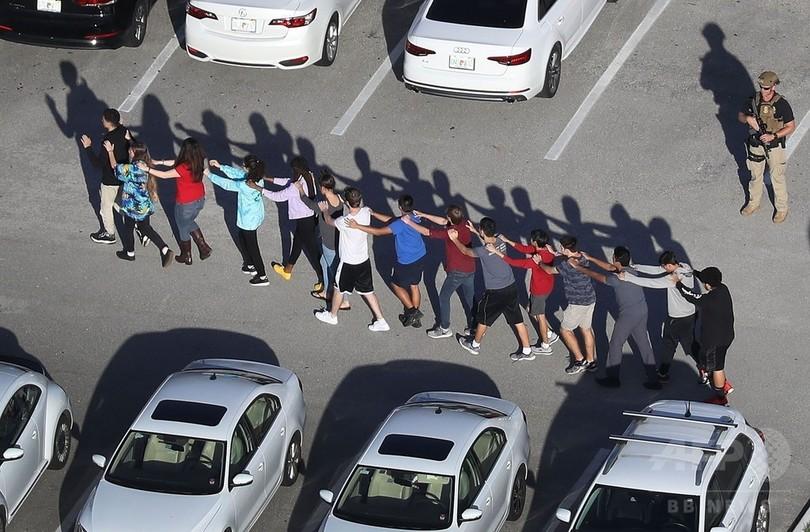 フロリダの高校で乱射、生徒ら17人死亡 元在校生の男拘束