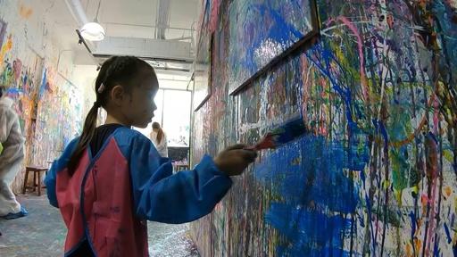 動画:壁もキャンバスも関係なし、絵の具まみれでストレス発散 シンガポール