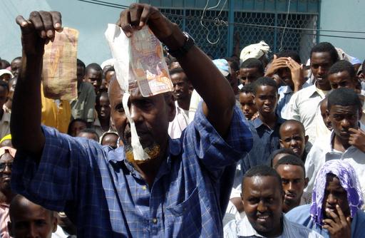 ソマリアの食料価格高騰への抗議デモ、警官隊が威嚇発砲