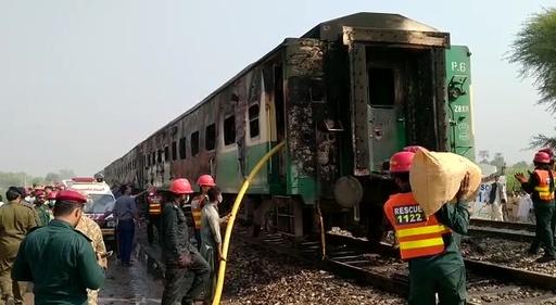 動画:パキスタンで列車火災、死傷者100人超 乗客が調理中にガスボンベ爆発