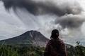 噴煙上げるシナブン山、活発な噴火活動続く インドネシア