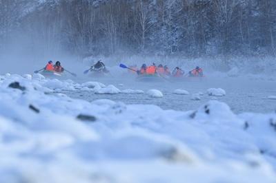 凍らない川でボート遊び 中国・内モンゴル