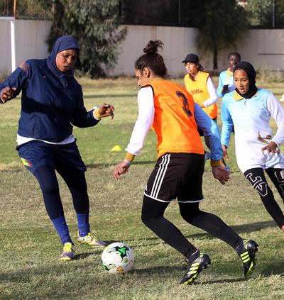 リビアの女子サッカー代表チーム、ピッチの内外で奮闘