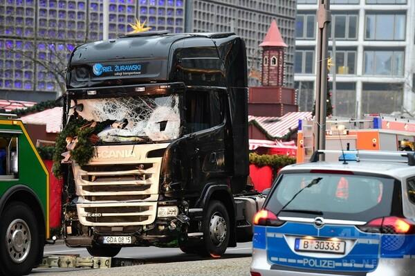 ベルリンのトラック突入、拘束されたのは亡命希望者の男性