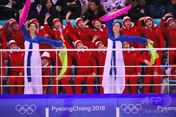 南北合同チーム初戦で北朝鮮「美女応援団」が声援、アイスホッケー女子