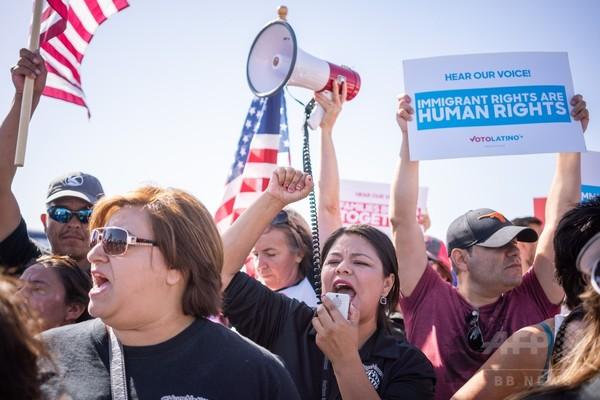 トランプ氏、米「侵入」の移民には司法手続き不要 子ども500人超は親と再会