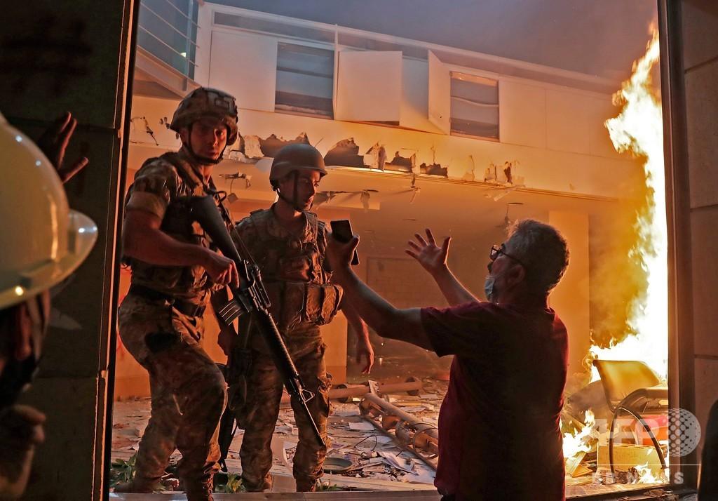 レバノン首都、デモ隊が政府機関を襲撃・占拠、警官1人死亡