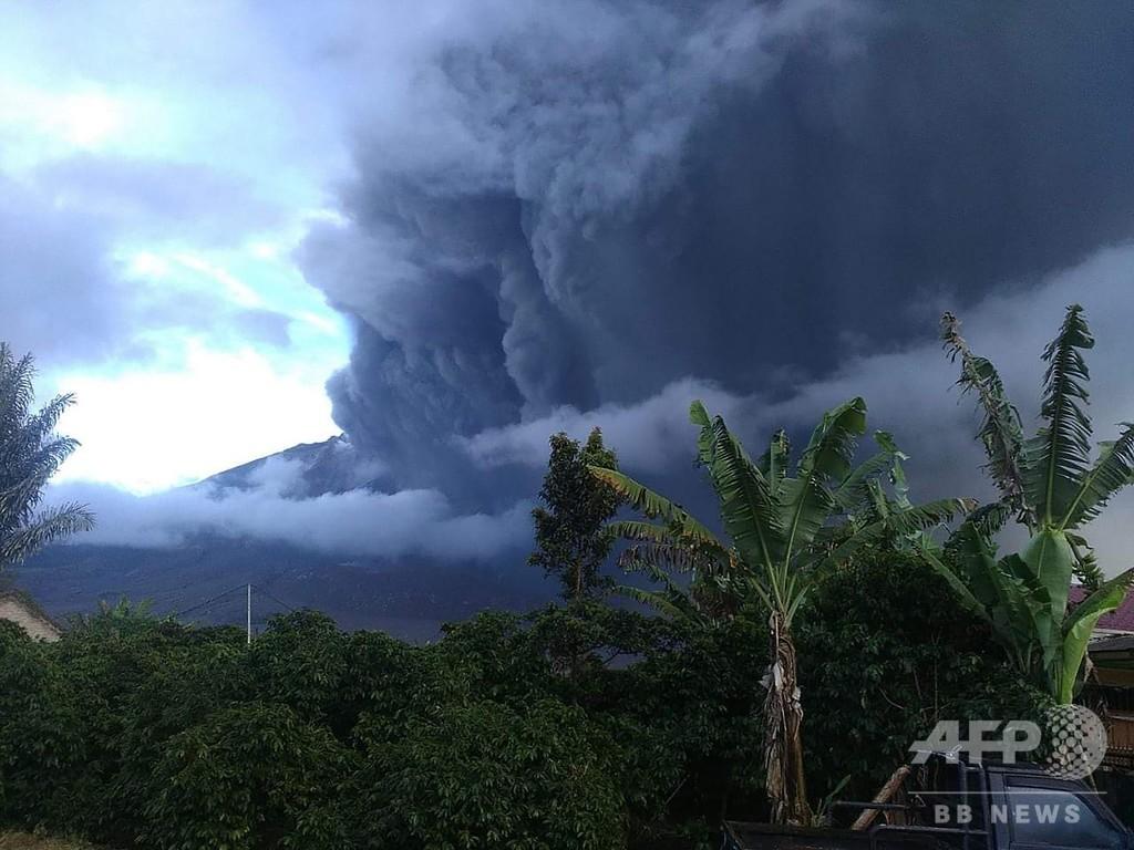 インドネシアのシナブン山が噴火、巨大な噴煙柱 人的被害なし