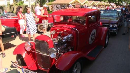 動画:レトロなアメ車がリゾート地をパレード ラトビア