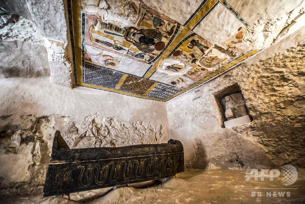 エジプト、古代都市テーベで新たに発見の墓を公開 無傷の石棺も
