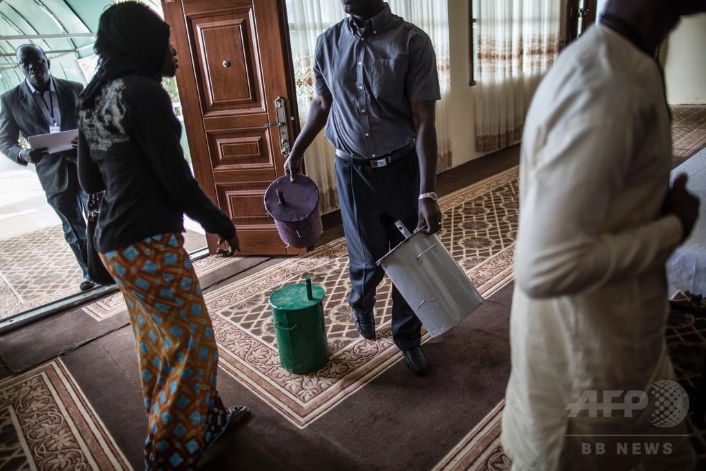 ビー玉をドラム缶に落として投票へ、ガンビア大統領選