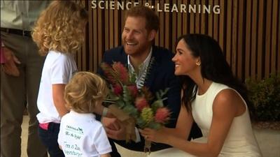 動画:英ヘンリー王子とメーガン妃が豪訪問、懐妊発表から初めて公の場に