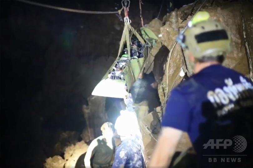 タイ洞窟、救出劇の映像初公開 少年らは「眠った」状態で搬送