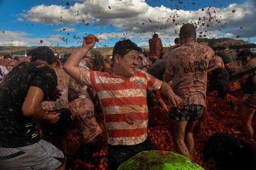 人々の「赤き」戦い? コロンビア恒例トマト投げ祭り