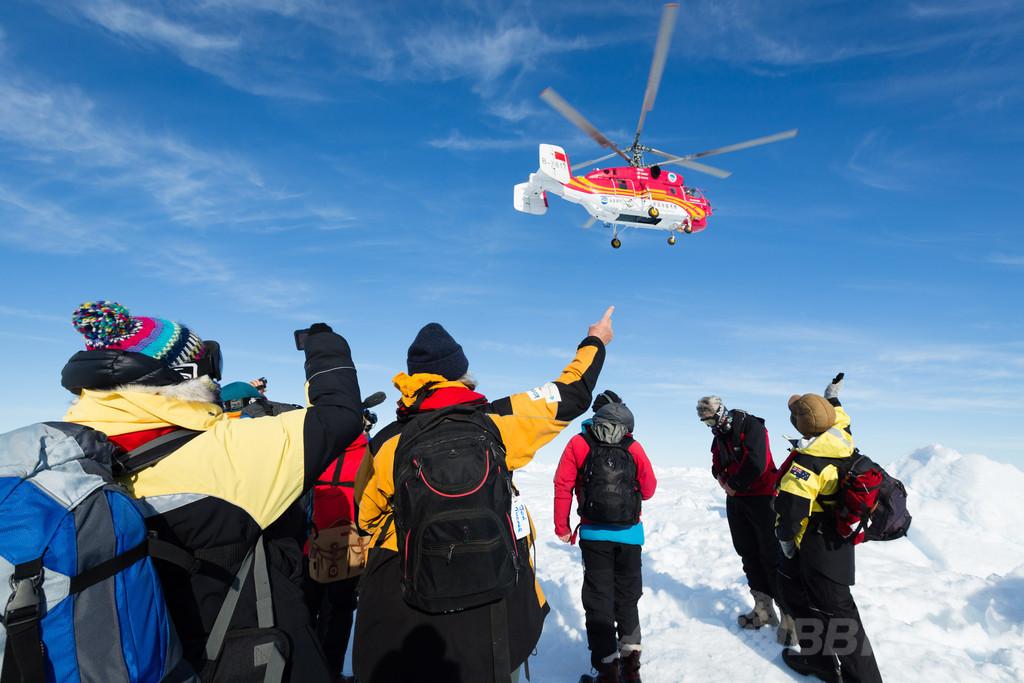 南極海で立ち往生のロシア船、ヘリで全乗客を無事救助
