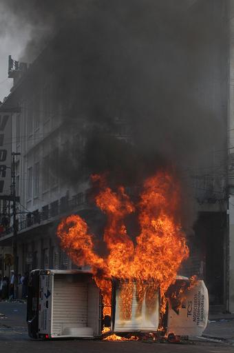 露天商と行商人が抗議活動、警官隊と衝突 - エルサルバドル