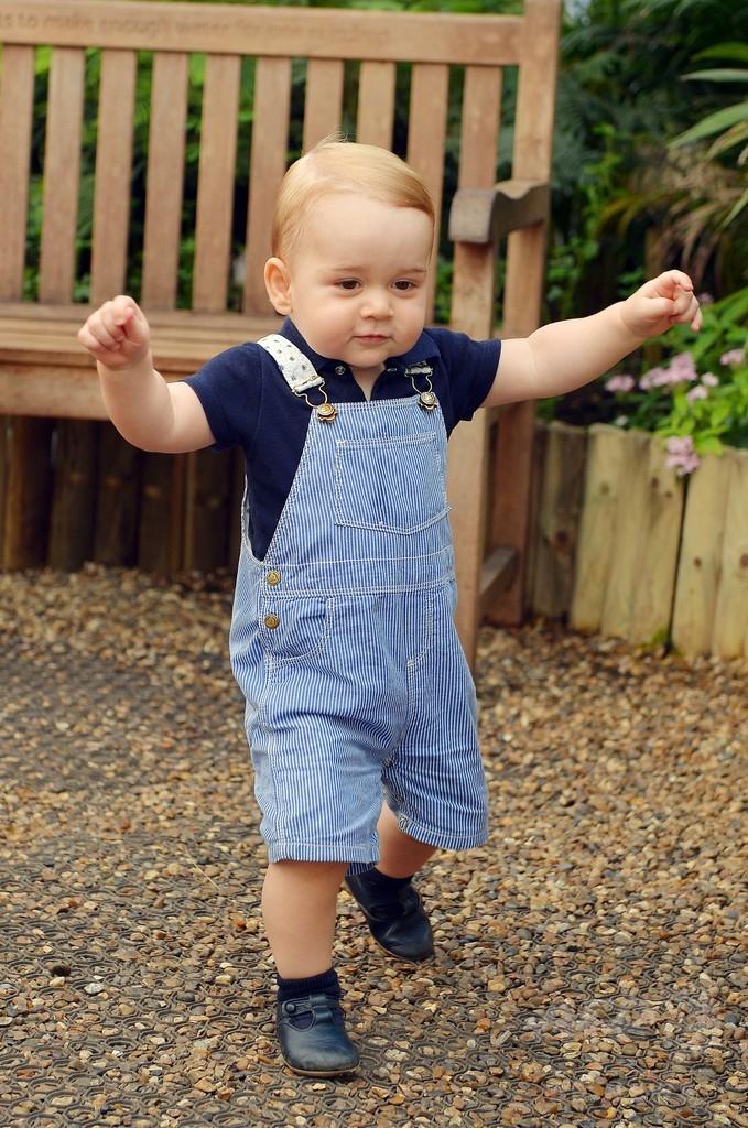 「こっちに行く!」、歩くジョージ王子の写真を公開 英王室