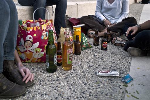 危険な飲酒ゲーム「ネックノミネート」、英団体が警鐘