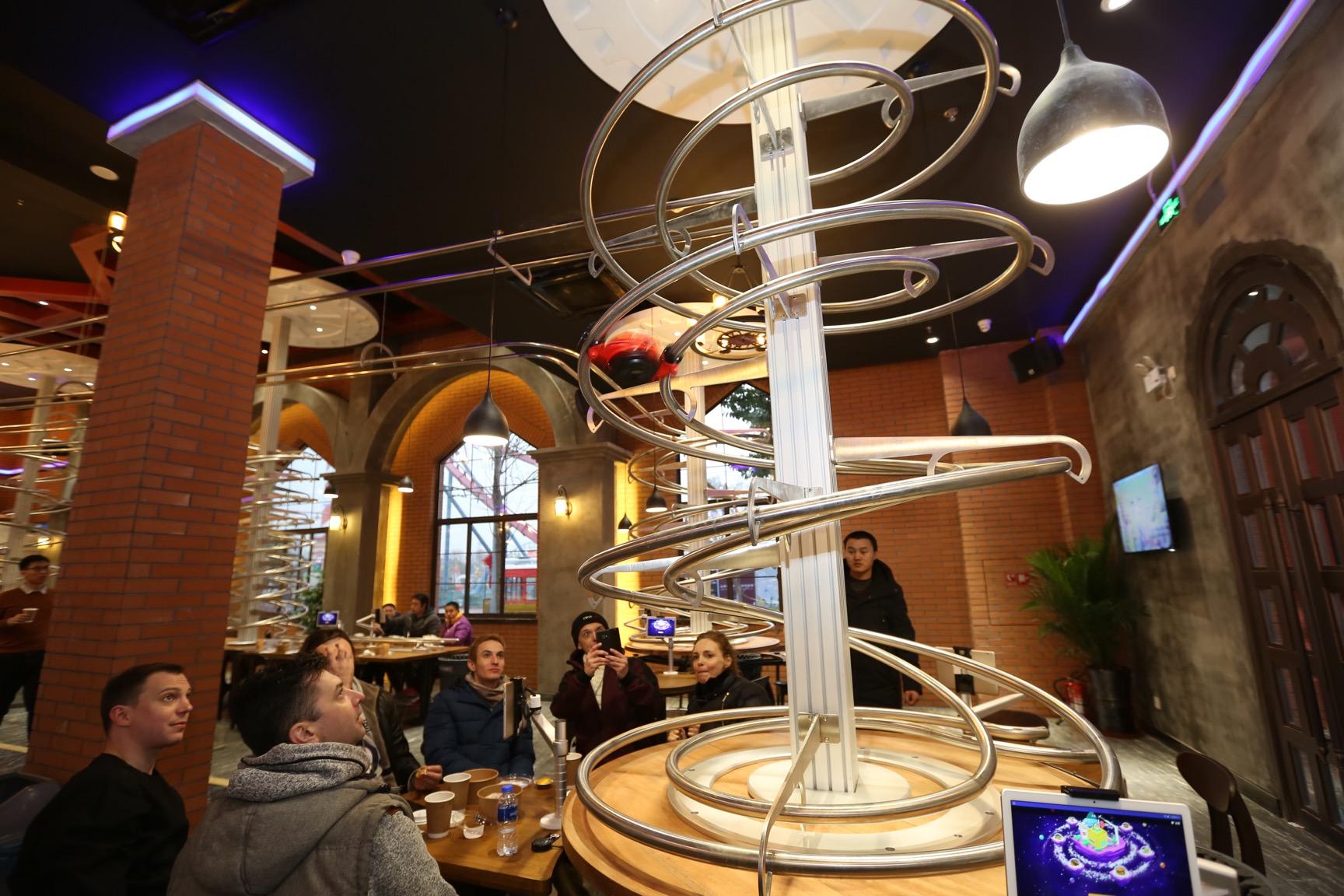 料理が上からやってくる!ジェットコースター・レストラン 上海市