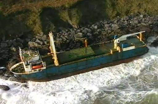 1年超大西洋さまよった「幽霊船」、暴風雨でアイルランドに漂着