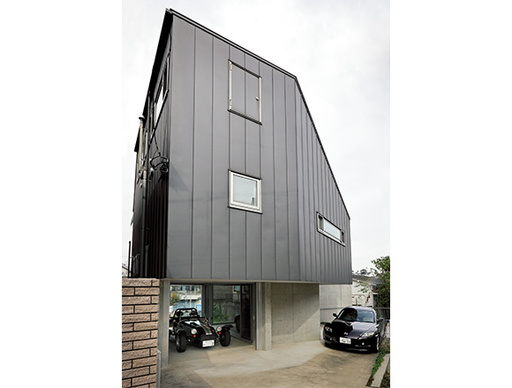 【ENGINE・ハウス】坂の上に建つスーパーセブンのある家  家族4人とスポーツカー2台で暮らす