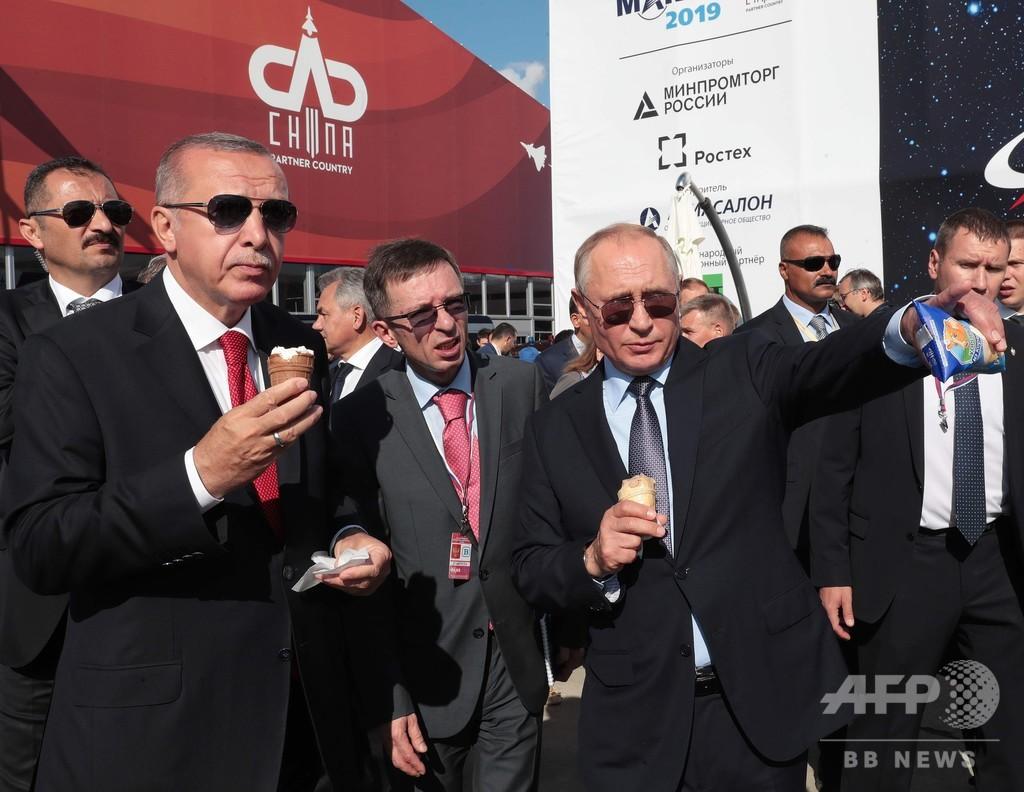 ロシアとトルコの大統領、航空ショーを視察 仲良くアイスを買い食い