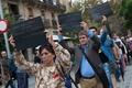 バルセロナで独裁者フランコ像の野外展示 開幕直後から抗議の卵