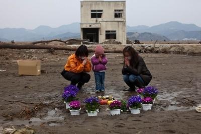 東日本大震災から1か月、各地で黙とう