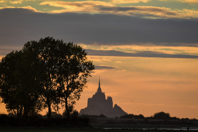 夕焼けに映えるモンサンミッシェル修道院