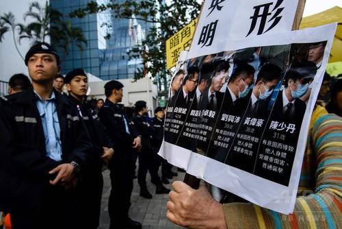 民主派デモ参加者への暴行、警官7人に禁錮2年 香港